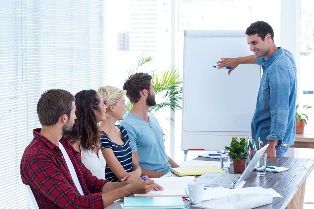 Formation social selling - formation inbound sales - homme presentant au tableau